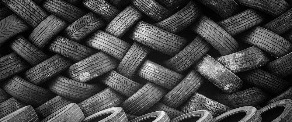 Brněnská přehrada plná pneumatik
