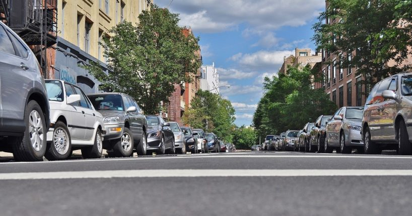 Nové značky s oranžovým pruhem. Mění nebo nemění režim parkování?